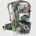 Tágas, felhajtható elülső zseb mobiltartóval, cipzáras belső zsebbel, pumpa vagy egyéb eszközök tárolására alkalmas rendszerezővel